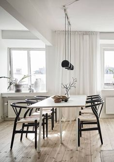 Are you looking to brighten up a dull room and searching for interior design tips? One great way to help you liven up a room is by painting and giving it a whole new look. Dining Room Sets, Dining Room Design, Design Table, Chair Design, Interior Exterior, Home Interior Design, Rooms Ideas, Black Dining Chairs, Patio Dining