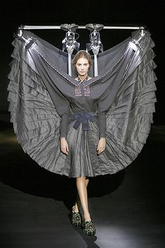 Viktor & Rolf Fall 2007 Ready-to-Wear Fashion Show Fashion Fail, Weird Fashion, Fashion Show, Fashion Design, Runway Fashion Looks, Victor And Rolf, Sculptural Fashion, Fashion Gallery, Fashion History