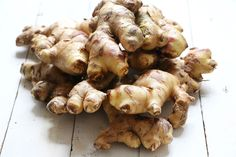 Learn how you can keep ginger root fresh for weeks or months. Use one of these options depending on your needs to reduce kitchen waste and save money. Storing Fresh Ginger, How To Store Ginger, Fresco, Growing Ginger, Growing Herbs, Ginger Extract, Ginger Tea, Ginger Hair, Food Hacks
