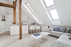 Dachgeschosswohnung mit kleiner offenen Küche und Sitzecke