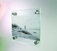 CORNICE DI VETRO...Le cornici di vetro sono tanto semplici quanto eleganti. Si possono trovare di ogni dimensioni, tanto da diventare veri e propri complementi d'arredo raffinati.