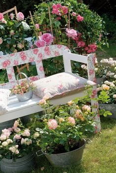 unique wooden bench decorating ideas to personalize yard garden bench decoration ideas Jardin Style Shabby Chic, Beautiful Gardens, Beautiful Flowers, Colorful Roses, Shabby Flowers, Rose Cottage, Cottage Style, My Secret Garden, Dream Garden
