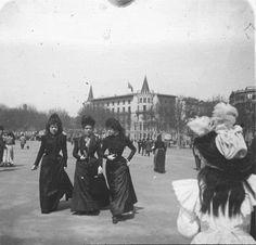 """""""Señoritas en la Seman Santa"""". Este es el título con que mi abuelo José Corrons Gutierrez, su autor, bautizó esta fotografía. Creo que es muy interesante por su conjunto y por todos su detalles. Plaza de Cataluña, Barcelona, 1900."""