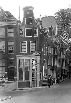 July Canal house at the corner of Keizersgracht 716 and Reguliersgracht in Amsterdam. The house is listed as a National Monument and was renovated in Photo ANP / J . All Over The World, Around The Worlds, I Amsterdam, Anne Frank, The Good Old Days, Old Pictures, Netherlands, Dutch, Cities