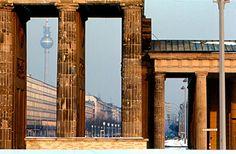 BERLIN  1970, der Blick von West-Berlin durch's Brandenburger Tor nach Ost-Berlin,