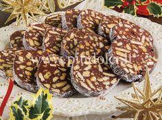 SALAME-MASCARPONEredienti 230 g di mascarpone 50 g di ricotta 150 di cioccolato fondente 15 g di cacao amaro 40 g di zucchero a velo 150 g di biscotti secchi 100 g di biscotti tipo digestive 3 cucchiai di liquore all'amaretto 40 g di noci 60 g di mandorle tostate inoltre: ½ cucchiaio di amido di mais ½ cucchiaio di zucchero a velo vanigliato