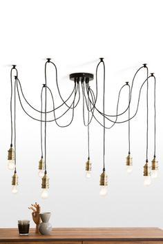Starkey Kronleuchter in Messing. Industriedesign ist in. Die schlichte Schönheit einer Glühbirne wird hier durch strahlende Messinghalterungen betont.