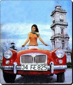 Fatma Girik 1960'larda Dolmabahçe saat kulesi önünde.