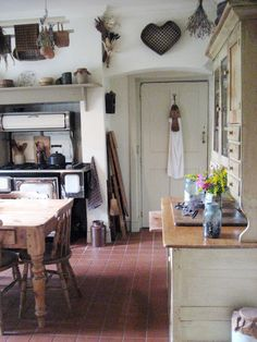 Country Kitchen Design Ideas: Some kitchens are made to be admired at a distance; country kitchens are made to be used. See the entire range of country kitchen style in this photo gallery Primitive Kitchen Cabinets, Old Kitchen, Kitchen Ideas, Kitchen Design, Rustic Kitchen, Kitchen Canisters, Kitchen Inspiration, Kitchen Towels, Primitive Homes