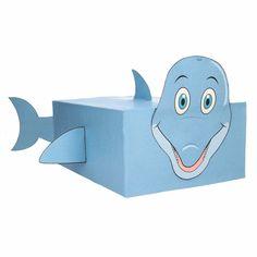Dolfijn zelf maken knutselpakket/surprise. Compleet basis bouwpakket om een dolfijn te kunnen maken zoals op de afbeelding. Dit pakket bestaat uit de basismaterialen en instructies die u nodig heeft om een dolfijn te knutselen van ongeveer 41 x 16 x 35 cm. Daarna kunt u de surpise naar eigen wens versieren en personaliseren. Extra nodig: - Lijm - Schaar - Plakband / tape Ruimte voor kado: In het doosje is een ruimte van ongeveer 35 x 24 x 12 cm.