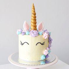 Que maravilhoso esse bolo de unicornio! Orçamentos e encomendas: Whatsapp: (11) 96892-2623 contato@bolosdacintia.com