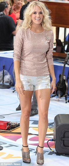 Carrie Underwood stunning legs in short shorts
