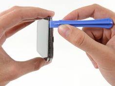 Schritt 8 -  Hebeln Sie weiterhin entlang der Ecke des Handys. Schieben Sie Ihr Öffnungswerkzeug entlang der Naht zwischen den Mittelrahmen und Display entlang des unteren Randes des Gerätes, wodurch mehrere Kunststoff-Clips freigesetzt werden.