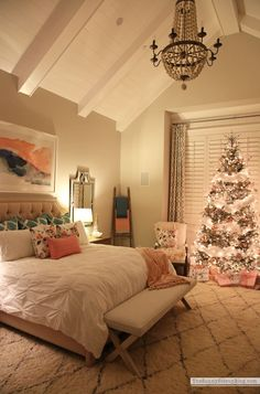 35 Amazingly Pretty Shabby Chic Bedroom Design and Decor Ideas - The Trending House Christmas Bedroom, Cozy Christmas, Elegant Christmas, Design Your Bedroom, Bedroom Designs, Luxury Rooms, Aesthetic Bedroom, Interior Exterior, My New Room