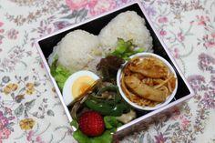 2014.04.22 Bento 筍のおにぎり、スパゲティ、ピーマンと豚肉の炒め物、サラダ、苺