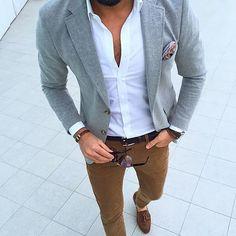 Acheter la tenue sur Lookastic: https://lookastic.fr/mode-homme/tenues/blazer-chemise-a-manches-longues-pantalon-chino/21029 — Blazer gris — Pochette de costume en soie imprimée cachemire rouge — Chemise à manches longues blanche — Pantalon chino tabac — Mocassins à pampilles en daim bruns