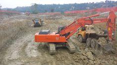 Mezzi al lavoro per gli scavi