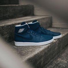 Secrets Of Sneaker Shopping – Sneakers UK Store Nike Free Shoes, Nike Shoes Outlet, Sneakers Fashion, Shoes Sneakers, Reflective Shoes, Hype Shoes, Baskets, Nike Air Jordans, Jordan 1