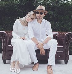 ) wore outfits we'd happily wear todayRelated animals to fall in love with: much cuter than our boys! Cute Muslim Couples, Romantic Couples, Cute Couples, Muslim Couple Photography, Prom Photography Poses, Hijabi Wedding, Casual Wedding, Pre Wedding Poses, Pre Wedding Photoshoot
