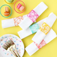 These napkin rings/sandwich wraps are so sweet and colorful! Via Kara Whitten  #DIY #crafts
