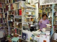 Emmie Krijinen tussen honerdduizend boeken