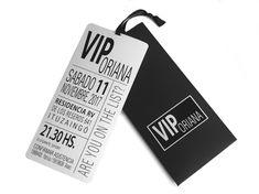 Invitación Pase Vip con sobre estuche de 17 x 8 cm. en cartulina negra perlada de 240g. con sticker rectangular. Tarjeta de 7.5 x 16.5 cm. en ilustración de 300g. bordes redondeados y cinta de raso decorativa. Incluye tarjetitas para souvenirs y nombres de los invitados impresos en stickers pegados en el sobre. Quince Invitations, Luxury Card, Cool Pictures, Quinceanera, Party, Rock, 15 Years, Honey, Dresses