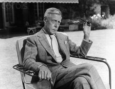 70 year old Duke of Windsor with buttoned jacket, large shirt collar and without tie dimple — Gentleman's Gazette Dress Code, Eduardo Viii, Edward Windsor, The Gentlemans Journal, Wallis Simpson, Young Prince, Princess Anne, Prince Charles, Royal Families