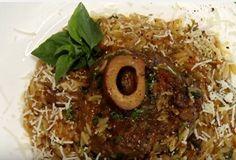 Το οσομπούκο, ένα από τα πιο νόστιμα κομμάτια του μοσχαριού, γίνεται ένα απίστευτο γιουβέτσι με πλούσια γεύση και αρώματα Greek Recipes, Slow Cooker, Steak, Recipies, Food And Drink, Rice, Sweets, Beef, Recipes
