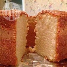 Bolo branco macio @ allrecipes.com.br - Um bolo simples com um segredinho: buttermilk ao invés do leite, que dá um toque especial na massa! Para fazer o buttermilk, é só misturar 1 1/2 colher (sopa) de suco de limão ou vinagre em 1 xícara de leite e deixar descansar por 10 minutos.