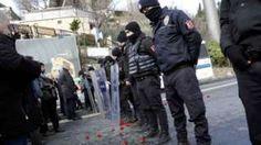 Image copyright                  Reuters                                                                          Image caption                                      La policía busca al hombre que llevó a cabo el ataque en el club nocturno.                                La policía en Estambul busca a un hombre que abrió fuego en un club nocturno matando a al