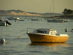 Aquitaine > Gironde > Bassin d'Arcachon > Bateaux  Il y a beaucoup à faire en Gironde. Flânez dans le célèbre vignoble bordelais et dégustez ses vins. Détendez-vous sur les plages de l'océan Atlantique à Arcachon ou Cap-Ferret. Parcourez les chemins de randonnée pédestre et cyclable au sein de la forêt protégée. Naviguez sur les lacs et étangs qui présentent des espaces naturels. Flânez parmi les Monuments Historiques témoignant de l'histoire de la Gironde.