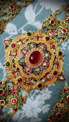 Most Beautiful Gardens, Thai Art, Ancient Jewelry, Short Necklace, Beauty Women, Asian Beauty, Vintage Jewelry, Brooch, Costume
