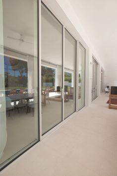 Terrassentür aus Aluminium mit thermischer Trennung mit Doppelverglasung Hi-Finity by Reynaers Aluminium