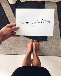 EMPATIA significa a capacidade psicológica para sentir o que sentiria uma outra pessoa caso estivesse na mesma situação vivenciada por ela. Consiste em tentar compreender sentimentos e emoções procurando experimentar de forma objetiva e racional o que sente outro indivíduo.