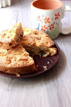 Torta morbida con nespole, nocciole e gocce di cioccolato