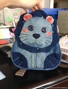 Looks like an Ellie Bag Mochila Tutorial, Owl Bags, Denim Crafts, Patchwork Jeans, Recycle Jeans, Recycled Denim, Purse Patterns, Denim Bag, Fabric Bags