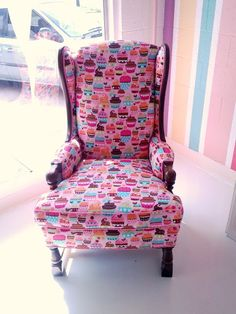 Sweet Treats for Your House's Decoration: Sweet Pink And Brown Cupcake Inspired Home Decor Wing Chair Idea Designe. Bakery Decor, Bakery Design, Bakery Ideas, Cupcake Room Decor, Cupcake Bedroom, Cupcake Nursery, Bauhaus, Fun Cupcakes, Take A Seat