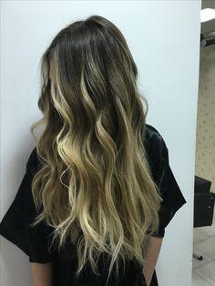 Os efeitos de mechas nos cabelos está cada vez mais naturais. A consulta é fundamental para conseguir construir a cor ideal para cada perfil de cliente!!!!    #loirosbh #loirosluxuosos #loirosperfeitos #loirosdivos #loirostop #cabelos #wellaprofessionals #haircontour #blondor