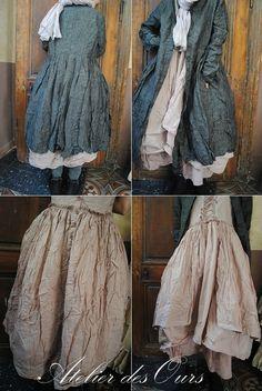 MLLE ROSALIA : Manteau en lin gris, robe à lacets sans manche, jupon en organdi rose EWA IWALLA, Bottines