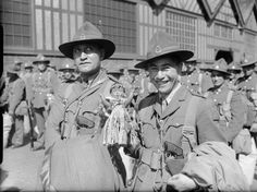 Officers of the (Maori) Battalion, New Zealand Expeditionary Force, with their mascot, after disembarking at Gourock in Scotland, 17 June Samoan Tribal Tattoos, Maori Tattoos, Maori People, Maori Designs, Nordic Tattoo, Anzac Day, Army Uniform, British Army, Special Forces