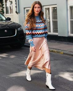 Skirt and jumper outfits: blue fair isle jumper with a pink satin skirt and white cowboy boots Jumper Outfits Office Outfits With Jumpers Fashion Fashion Week, Look Fashion, Winter Fashion, Girl Fashion, Fashion Outfits, Womens Fashion, Fashion Trends, Fashion 2018, Fashion Boots