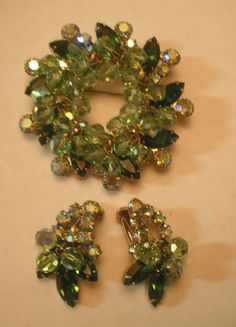 VINTAGE JULIANA D AB CRYSTAL BEAD BROOCH & EARRING SET WITH GREEN NAVETTES