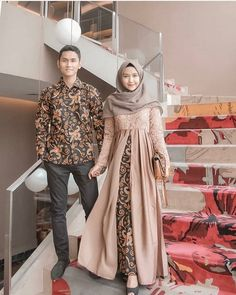 Who is not familiar with batik outfit? This outfit is a cultural and characteristic symbol in Asia especially in Indonesia. At first appearance batik was only Kebaya Modern Hijab, Kebaya Hijab, Kebaya Dress, Batik Kebaya, Model Kebaya Muslim, Model Kebaya Brokat Modern, Dress Brokat Modern, Couple Hijab, Couple Outfits