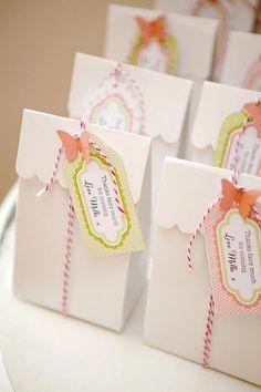 Vim postar duas ideias de lembrancinhas com saquinhos de papel para festinhas do tema Jardim Encantado!   São lindas e muito fácil de sere...