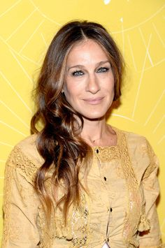 We might be used to seeing SJP with bright blonde curls, but we've got to say these dark waves are daringly darling. // Sarah Jessica Parker's Best Hair Moments