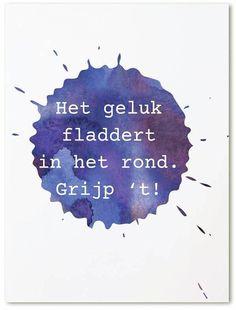 Ansichtkaart Het geluk fladdert in het rond, grijp 't! Kaart met paarse inktvlek en tekst Het geluk fladdert in het rond, grijp't!. Leuk op een klembord of met masking tape op de muur.