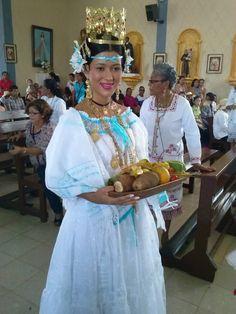 Yitzel Maure reina del 40 Festival nacional del Manito en el año 2011, luciendo una pollera blanca ocueña, rebozo marcado y pimpollos