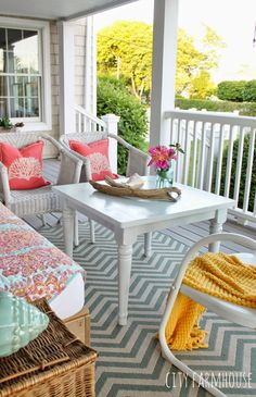 Another one of my favorite summer home tour stops was this gorgeous porch from Jennifer O'Brien of City Farmhouse. Her wraparound front porch on the coast of Long Island is nothing short of a… Outdoor Rooms, Outdoor Living, Outdoor Furniture Sets, Outdoor Decor, House Of Turquoise, City Farmhouse, Farmhouse Front, Farmhouse Table, Week End En Famille
