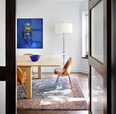 tapis persan et table avec rallonge dans la salle à manger contemporaine