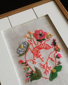 #littlestitchesportugal #handembroidery #embroidery #ricamomano #broderiemain #bordadoàmão #bordado #embroidedheart #embroidedflowers #handmade #madeinportugal